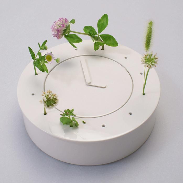 自分にとっての時間を、その日摘んだ雑草で表現します。素材は陶磁器を想定。
