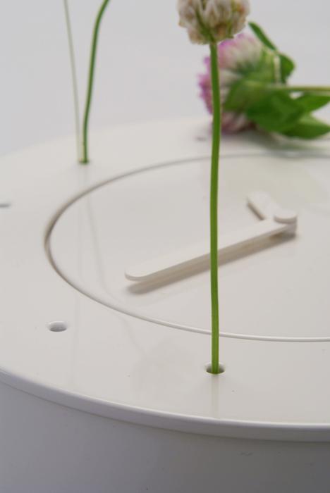 使い手の気持ち、そして身近な季節の変化を反映する、置き時計の花器。