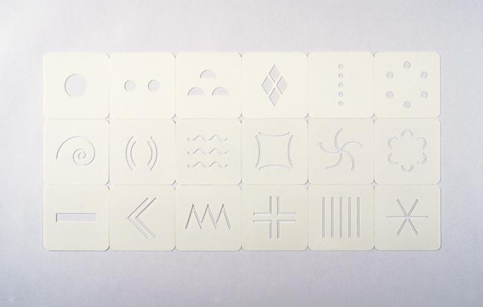 カードは全18種類、形の特徴によって縦に3種類に分かれている